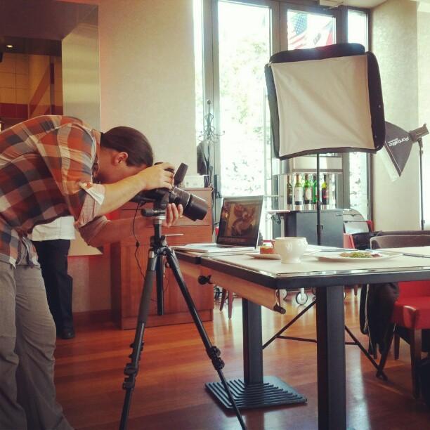 Imagine cu Radu Dumitrescu, în timpul workshopului de fotografie culinară de la restaurantul Barbizon