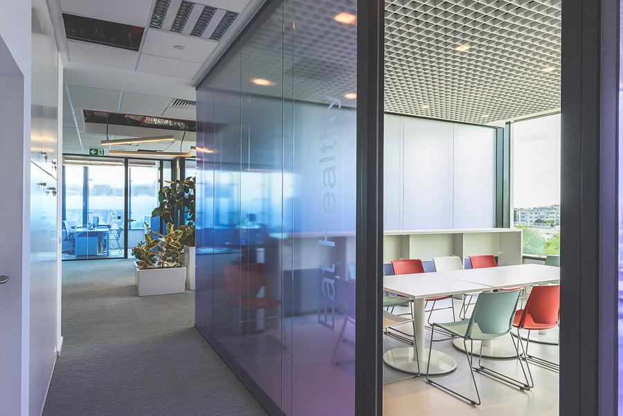 Fotografie de interior cu sala de mese a birourilor Colgate Romania - SKANSKA