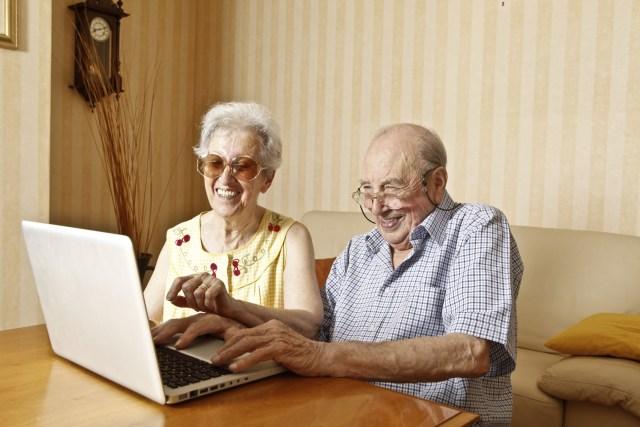 Couple de séniors en train de naviguer sur internet