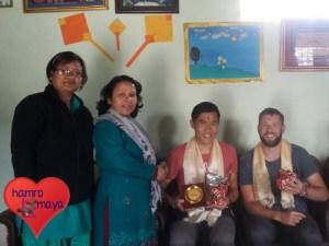 Im Namen von hamromaya Nepal nimmt Khai-Thai ein kleines Dankeschön entgegen.