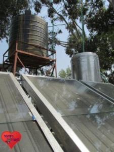 Mit den Solar-Panels wird heißes Wasser erzeugt.