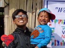 Unser Projektpartner Rajeev mit einem strahlenden Kind.
