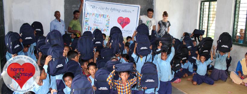 Eine Schultasche für jedes Kind im VDC Thakurbaba im Distrikt Bardia