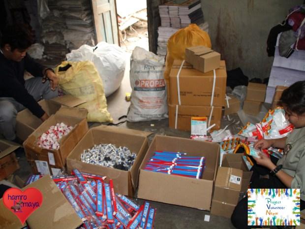 Dutzende Kartons mussten wir zunächst einzeln auspacken...