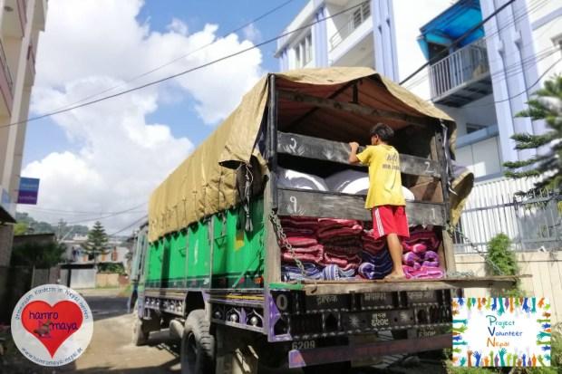 125 Decken, Matratzen, Kissen und Bettbezüge machen sich in einem LKW auf dem nach Mustang.