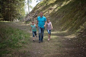 hiking family-pezibear pixabay
