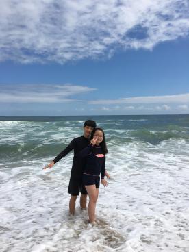 아이들은 바다에서 신나게 논다.