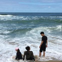 모래를 바다에 털어내고...