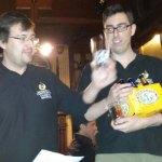 Presentando el segundo premio que donó La Tienda de la Cerveza