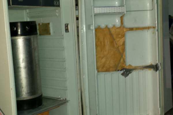 Frigorífico con el panel de la puerta recortado para que entre el fermentador.