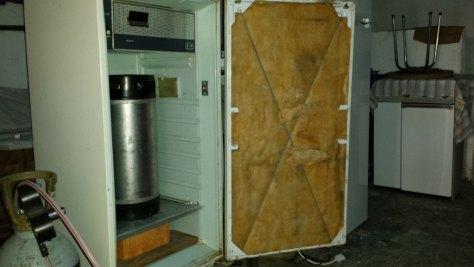 Puerta de frigorífico con el panel retirado.