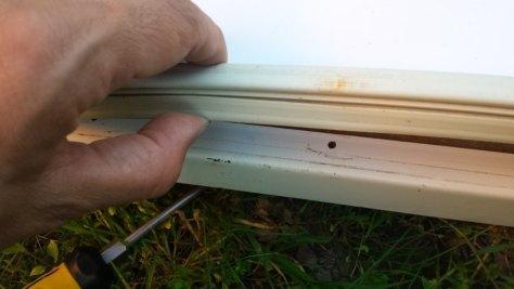 Colocando el panel nuevo en la puerta del frigorífico.