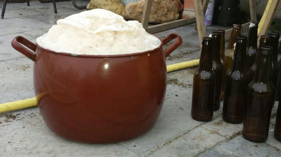 Cerveza vertida en la cazuela para quitarle el gas.