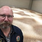 Scott Ungermann, Brewmaster de Anchor Brewery frente a los fermentadores abiertos