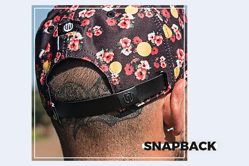 Os bonés nesse estilo são aqueles que possuem cintas plásticas para regular  o ajuste à cabeça. O nome snapback vêm do barulho que as tiras fazem quando  ... 08b637d7190