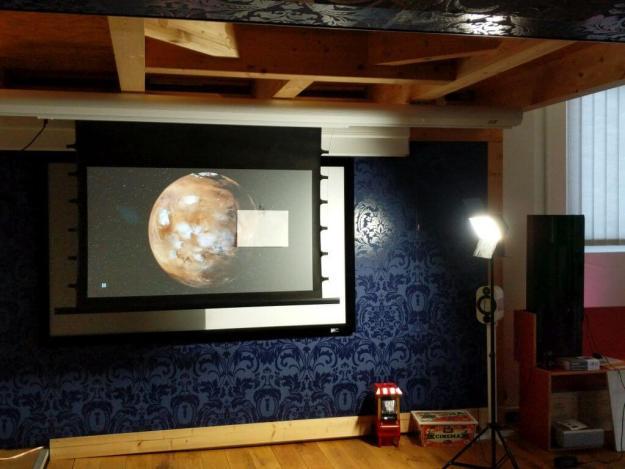 DELUXX Hochkontrast-Leinwand mit DARKVISION Hochkontrast Tuch - perfekter TV Ersatz