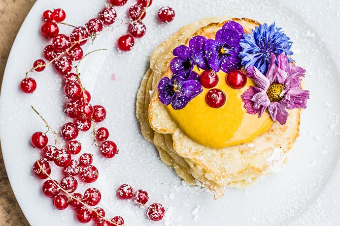 Fluffige Pancakes mit Kurkuma, Quark mit Honig und essbaren Blumen