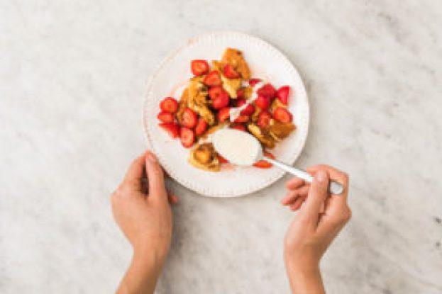 Kaiserschmarrn met aardbei, luchtige pannenkoekstukjes met zure room en honing