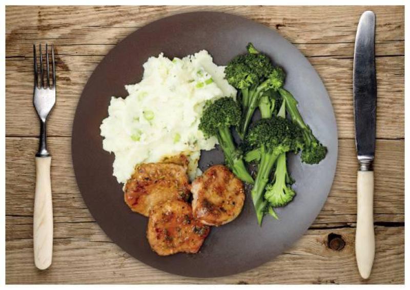 Glasiertes Rosmarin-Schweinefilet mit cremigem Frühlingszwiebel-Kartoffelpüree und Brokkolini