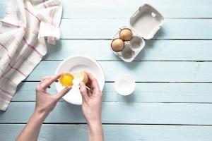 Fluffiges Eiweißbrot: Eier trennen