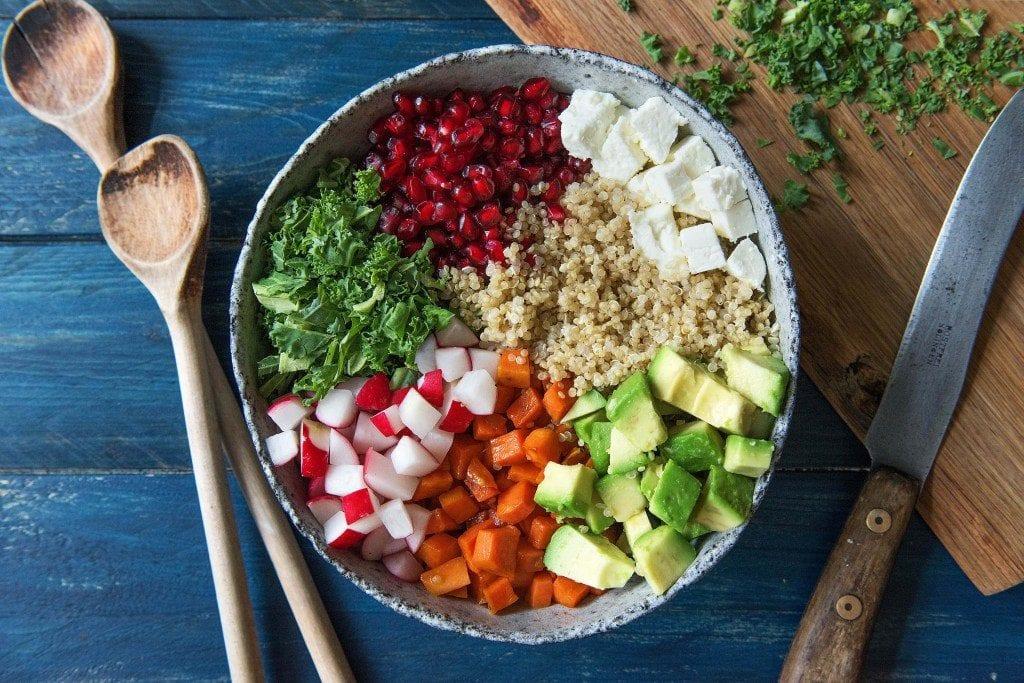 Grünkohlsalat mit Quinoa und Süßkartoffeln: alle Zutaten