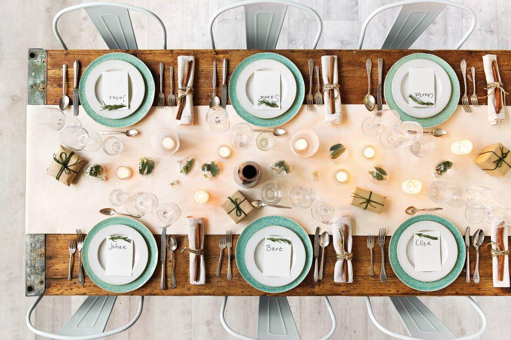 hf161116_w50extrashot_nl_christmas_tablesetting_1_low-1 & 5 Simple Christmas Table Setting Ideas | HelloFresh Food Blog
