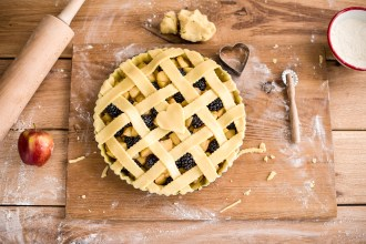 Learn how to make pastry: Simple Apple Pie with Blackberries