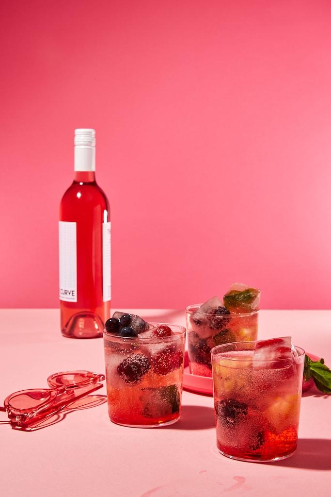 rosé-cocktails-HelloFresh-Wine-Club-sangria-ice-cubes
