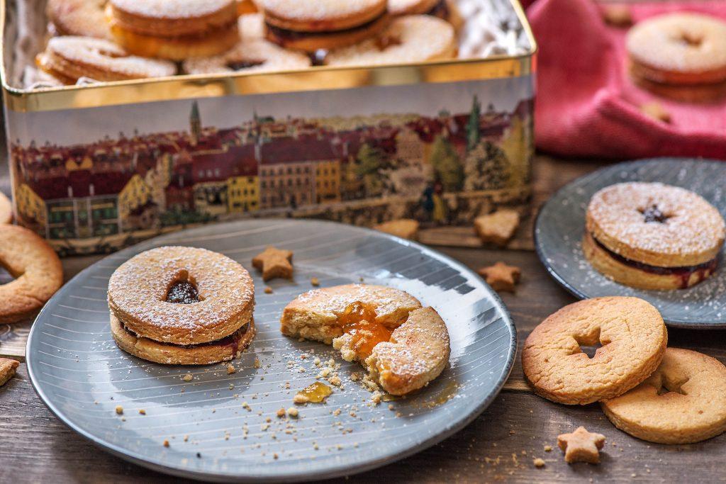 Weihnachtsplätzchen aus Mürbeteig mit Marmeladenfüllung