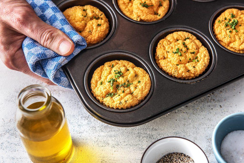 Muffins aus dem Backofen nehmen