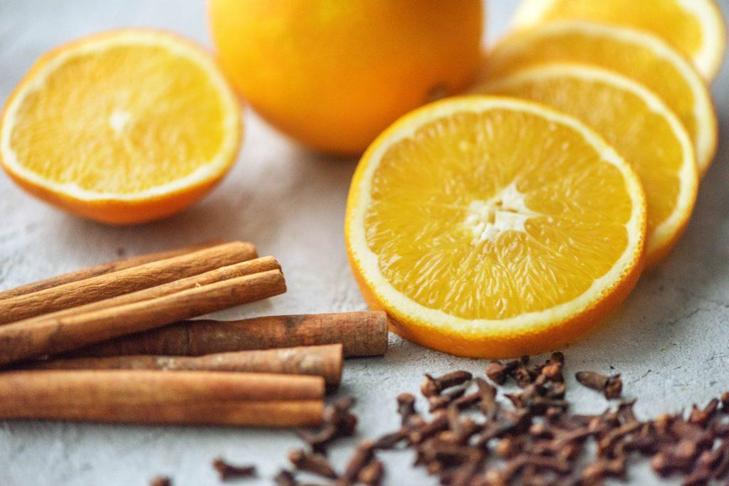 Weihnachtsduft selber machen: Orangen, Zimt, Nelken close up