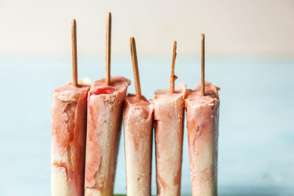 Eis am Stiel: Unser Rhabarber-Joghurt-Eis