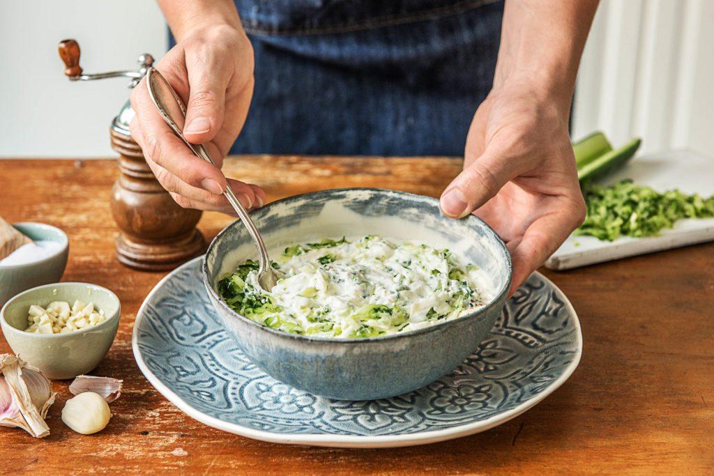 Tzatziki selber machen: geriebene Gurke mit Joghurt-Mix vermengen