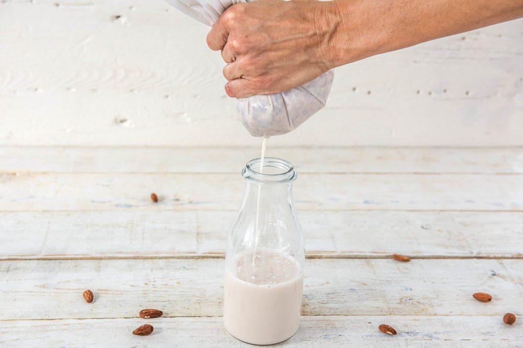 Mandelmilch selber machen: Mandel-Mix auspressen