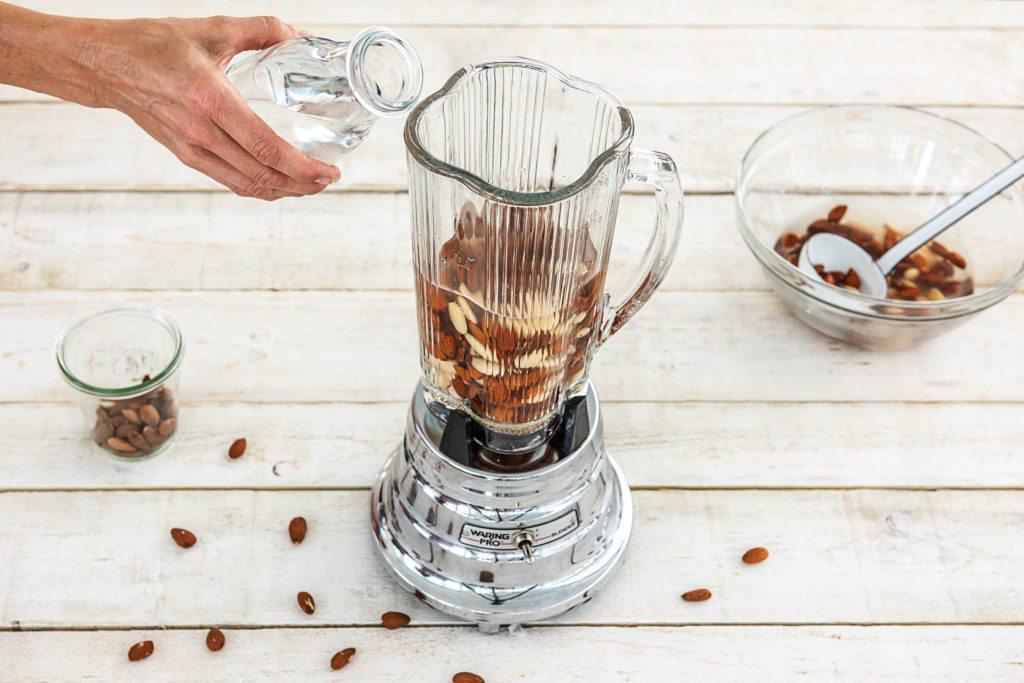 Mandelmilch selber machen: Mandel-Wasser-Mix mixen