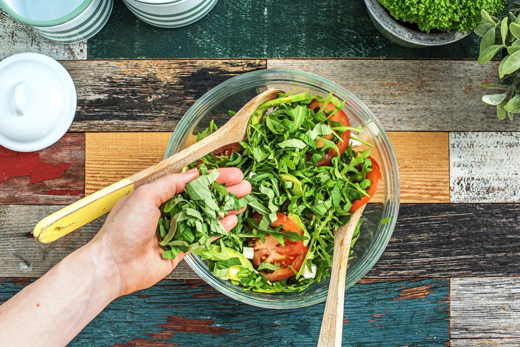 Salate zum Grillen: Zutaten vermischen