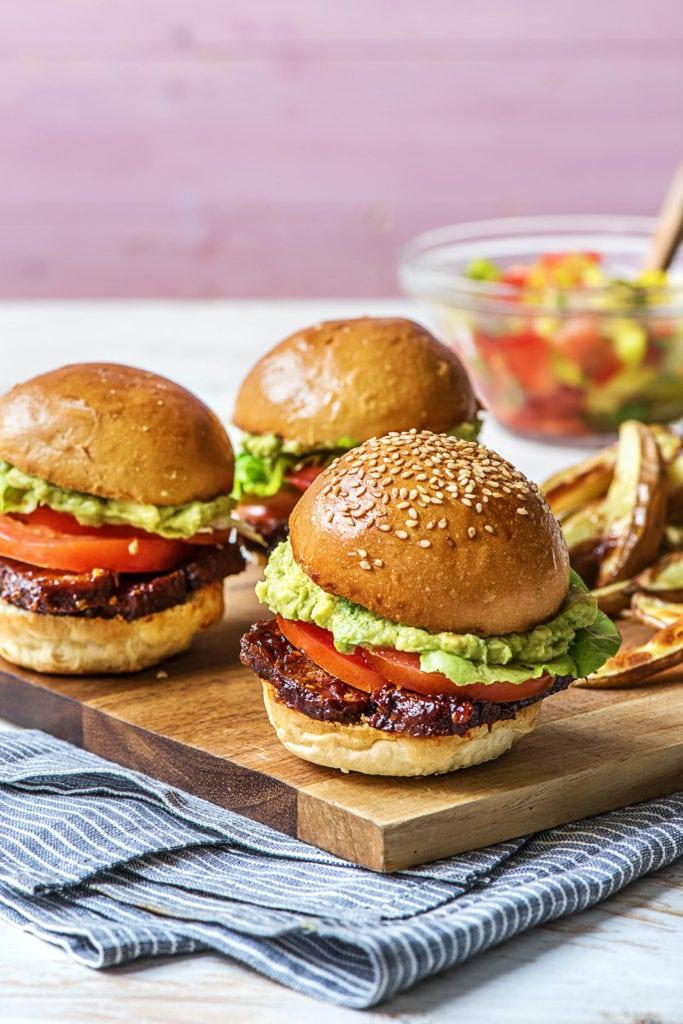 Räuchertofu-Burger mit Avocado und Tomate