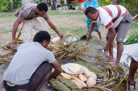 20120714-180059-Fidschi, Mana Island, Mana Lagoon Backpackers, Traditionelles Kochen, Weltreise-_DSC9859