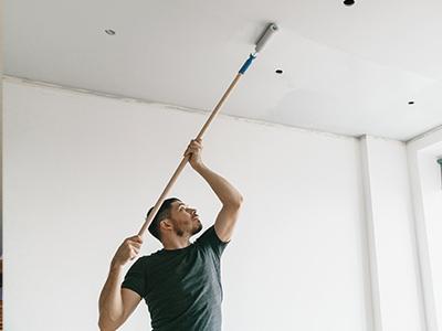 Limpe o teto com um rolo de pintura