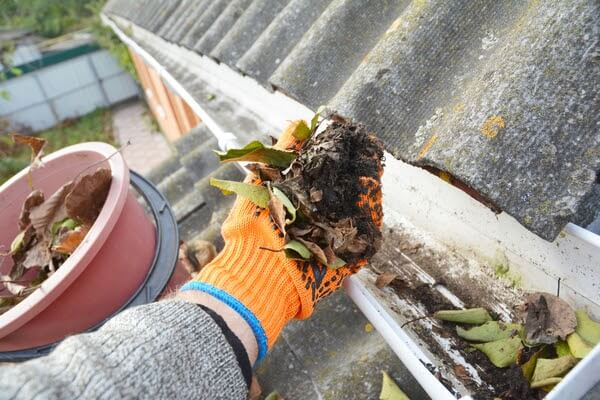 cleaning dirty eavestroughs