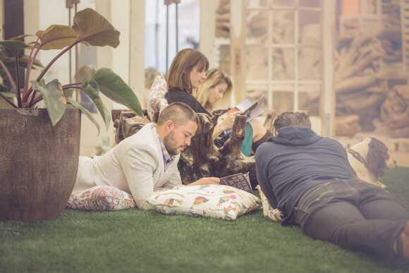 Stokpic image d'un groupe de personnes lisant des magazines à l'extérieur