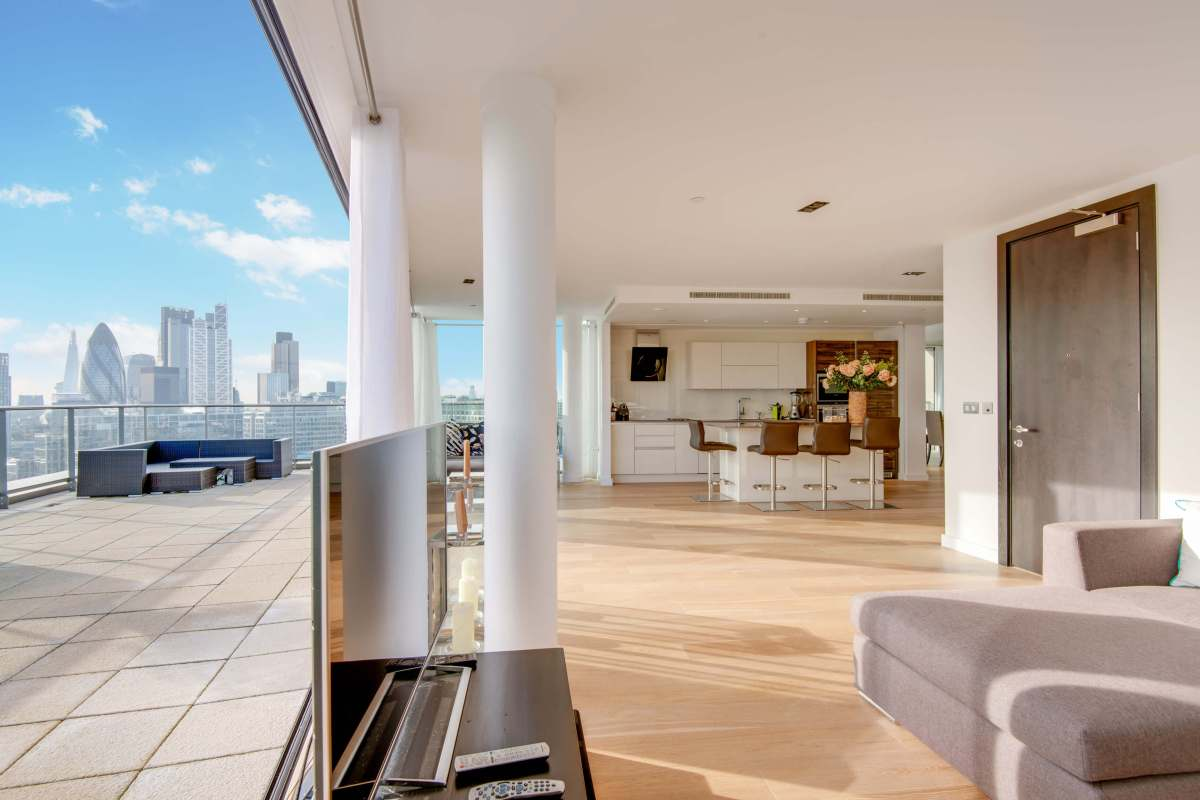 An Impressive 3 Bedroom Apartment within the Avant-Garde in the Heart of Shoreditch, E1