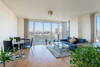 2 Bedroom Apartment With Towering Views of London Landmarks