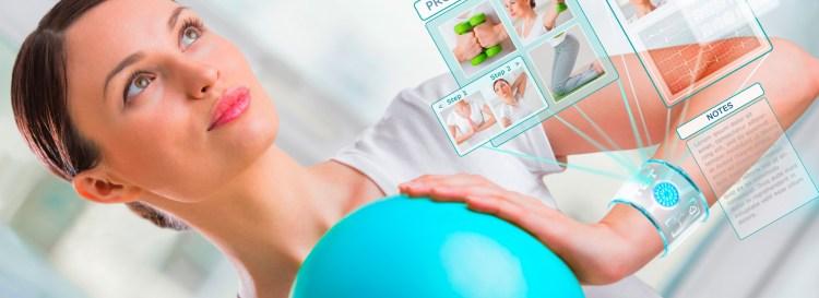 Mulher faz exercício com dispositivo que auxilia no cuidado com a saúde feminina