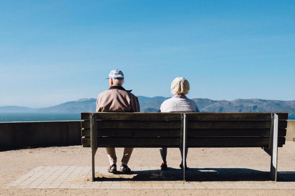 Casal de idosos sentados em um banco