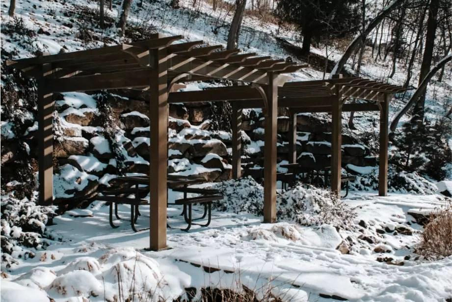 pergolado de madeira vazado na neve