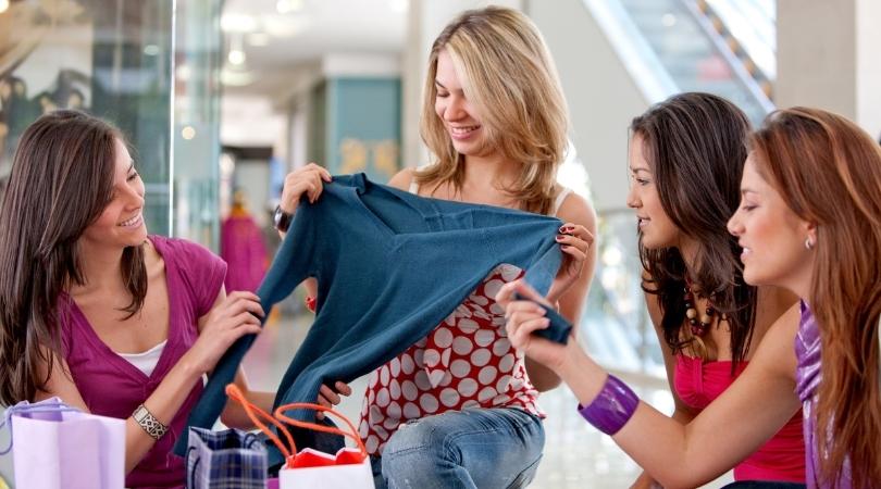 Le shopping comme une activité sociale entre amis