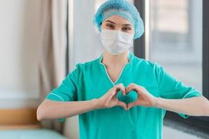 Médica fazendo sinal de coração para incentivar pacientes com covid-19 em sua recuperação da doença