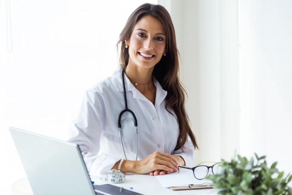 Médica realizando atendimento de telemedicina online