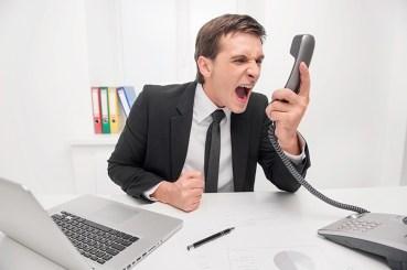 persona molesta al telefono